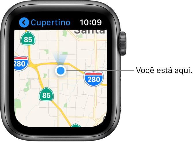 O app Mapas mostrando um mapa. Sua localização é mostrada como um ponto azul no mapa. Um ventilador azul encontra-se acima do ponto de localização, indicando que o relógio está voltado para o norte.