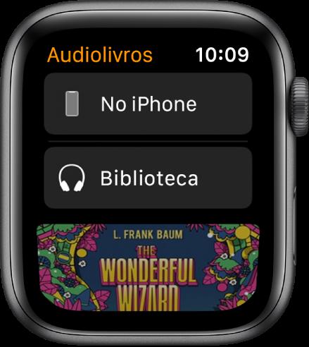 Apple Watch mostrando a tela Audiolivros com o botão No iPhone na parte superior, o botão Biblioteca abaixo e uma parte da capa de um audiolivro na parte inferior.