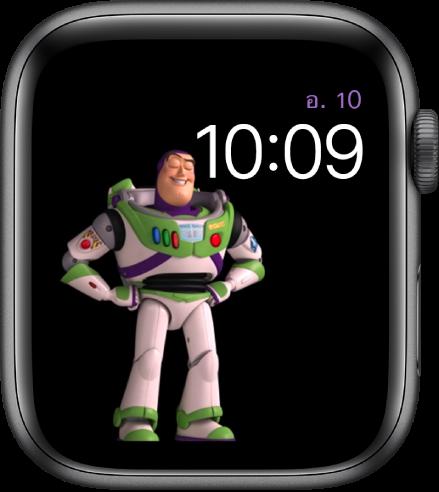 หน้าปัดนาฬิกาทอย สตอรี่ แสดงวัน วันที่ และเวลาที่ด้านขวาบนสุด และภาพเคลื่อนไหวของบัซ ไลท์เยียร์อยู่ตรงกึ่งกลางฝั่งซ้ายของหน้าจอ