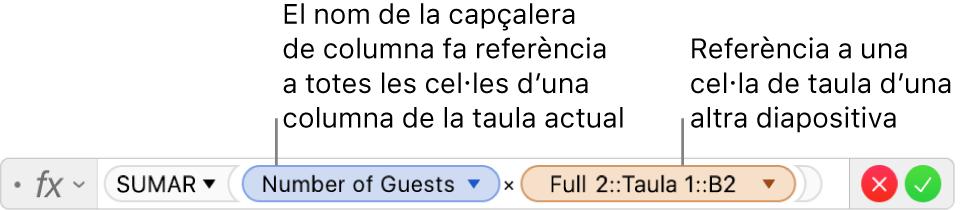 L'editor de fórmules, que mostra una fórmula que fa referència a una columna d'una taula i a una cel·la d'una altra taula.