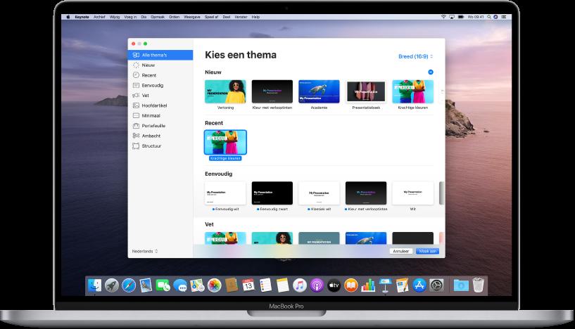 Een MacBookPro met de Keynote-themakiezer geopend op het scherm. Aan de linkerkant is de categorie 'Alle thema's' geselecteerd en aan de rechterkant staan de vooraf gedefinieerde thema's, gerangschikt per categorie. Linksonder staat het venstermenu voor de taal en regio en rechtsboven staat het venstermenu voor de formaten 'Standaard' en 'Breed'.
