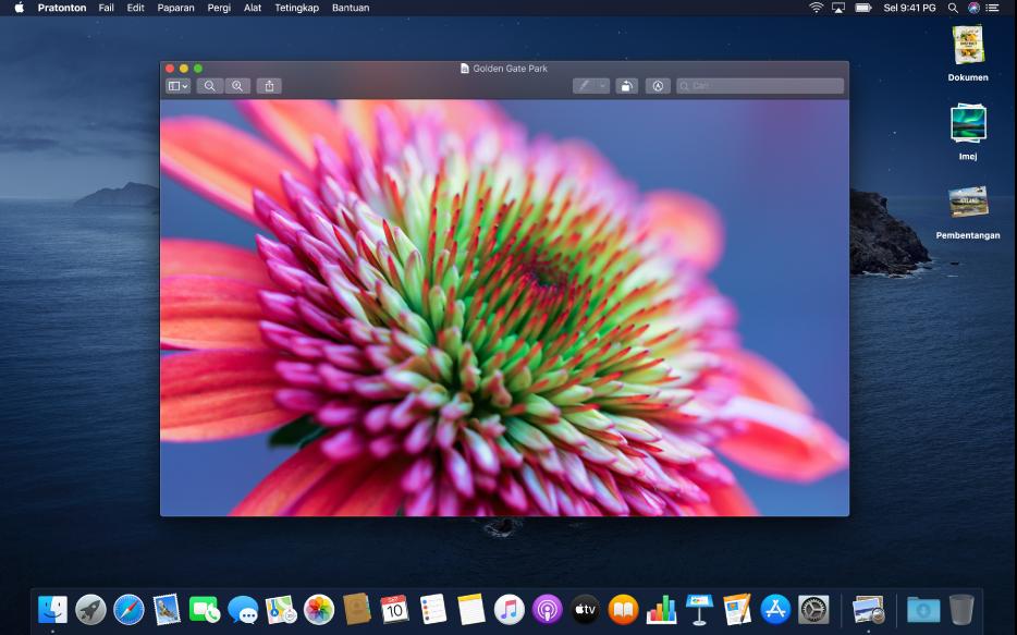 Desktop Mac disetkan ke penampilan gelap, menunjukkan tetingkap app, Dock dan bar menu yang gelap.