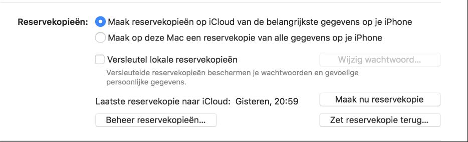 De opties waarmee je een reservekopie maakt van een apparaat zijn te zien, met twee knoppen waarmee je de reservekopie in iCloud of op de Mac bewaart, het aankruisvak 'Versleutel lokale reservekopieën' waarmee je reservekopieën versleutelt en extra knoppen waarmee je reservekopieën beheert, een reservekopie terugzet en een reservekopie start.