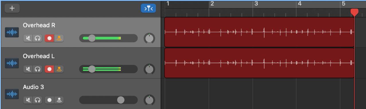 Exibindo regiões de áudio gravadas em duas trilhas de áudio na Área de trilhas.