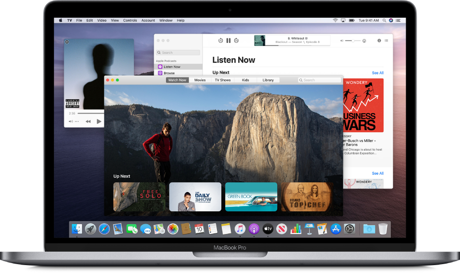 Fenêtre du mini-lecteur Musique, fenêtre de l'app AppleTV et fenêtre Podcasts en arrière-plan.