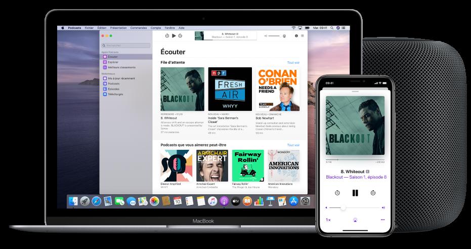 Fenêtre ApplePodcasts affichant l'écran Écouter sur un Mac et un iPhone, avec un HomePod en arrière-plan.