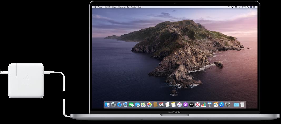 Een MacBookPro met aangesloten lichtnetadapter.