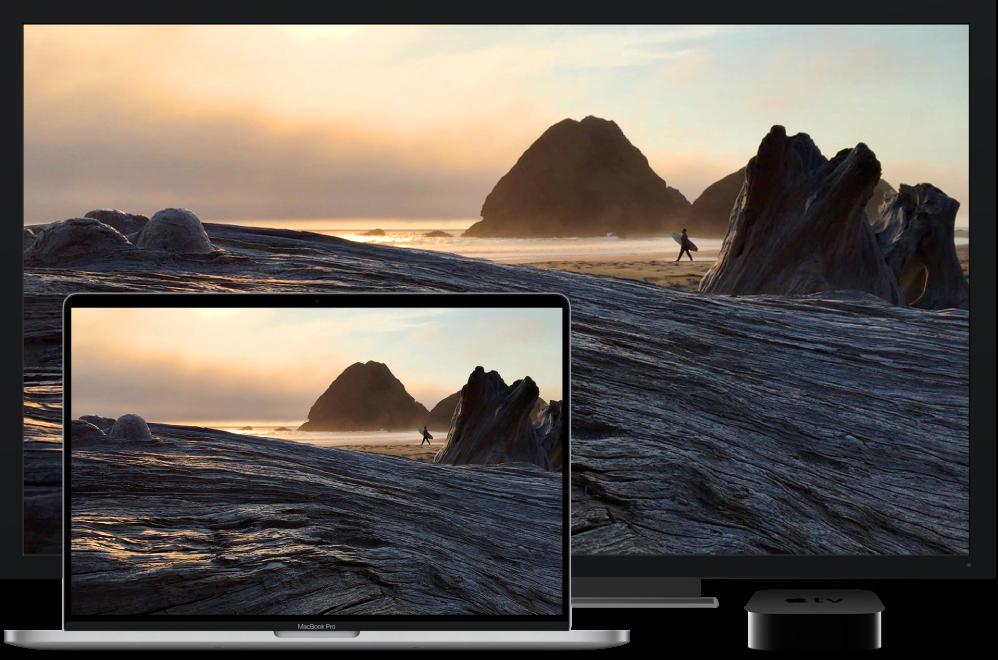 Een MacBookPro waarvan de inhoud via een AppleTV wordt weergegeven op een grote HD-tv.