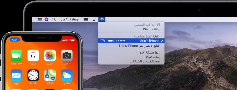 شاشة Mac تعرض قائمة Wi-Fi وتظهر بها نقطة اتصال شخصية متصلة بجهاز iPhone.
