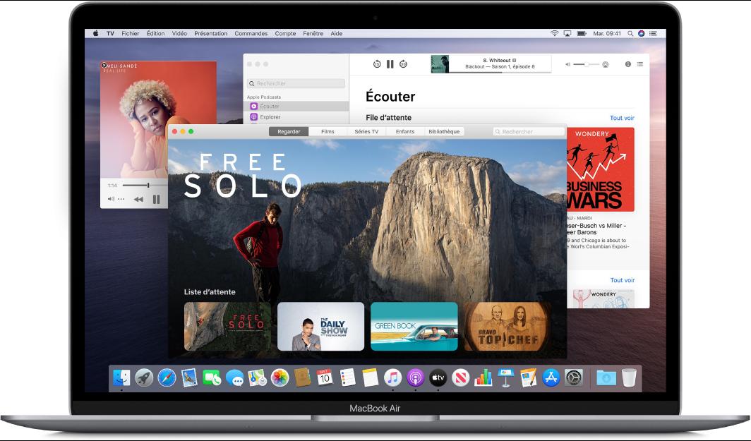 Un bureau de MacBookAir affichant les fenêtres Musique, TV et Podcasts ouvertes.