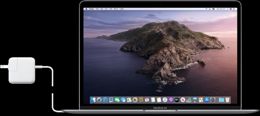 전원 어댑터가 연결되어 있는 MacBook Air.