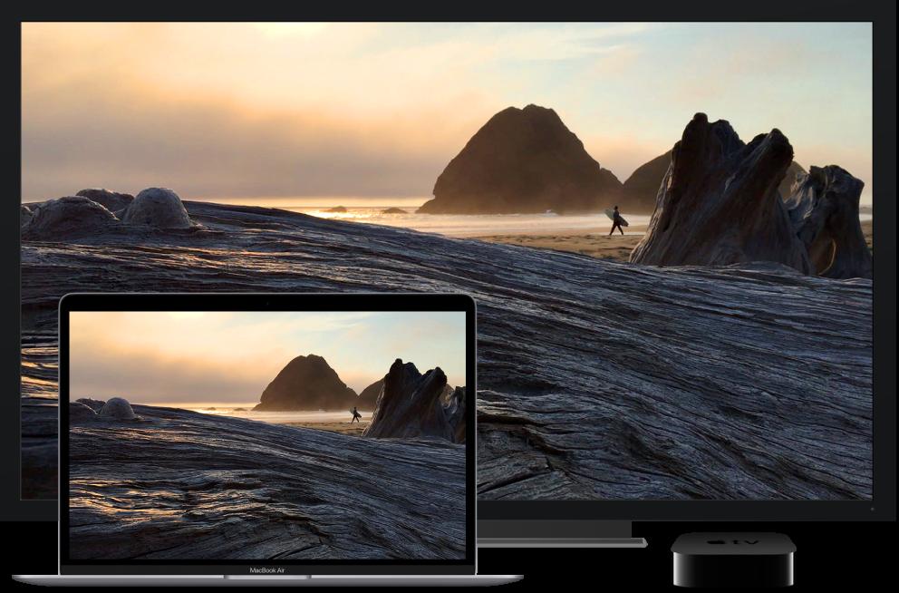 Een MacBookAir waarvan de inhoud via een AppleTV wordt weergegeven op een grote HD-tv.