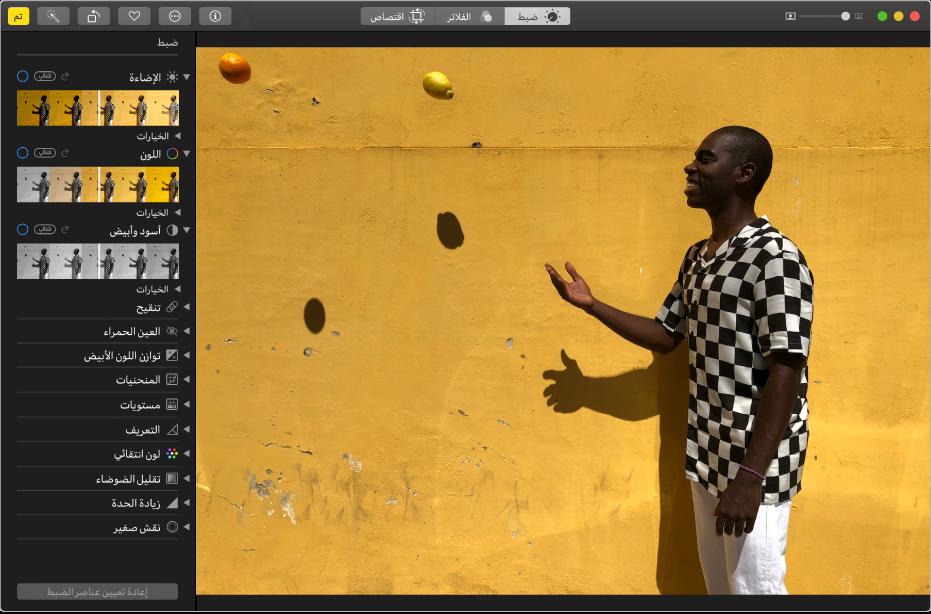 نافذة تطبيق الصور أثناء تحرير صورة، وبها أدوات التحرير على اليسار.
