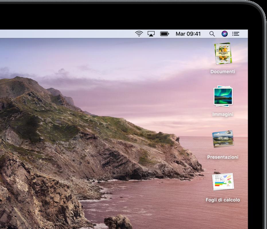 La scrivania di un Mac con pile lungo il lato destro dello schermo.