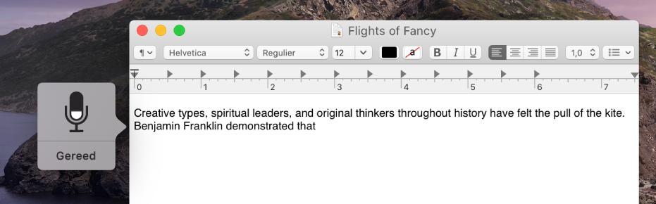 Het feedbackvenster naast gedicteerde tekst in een document van Teksteditor.
