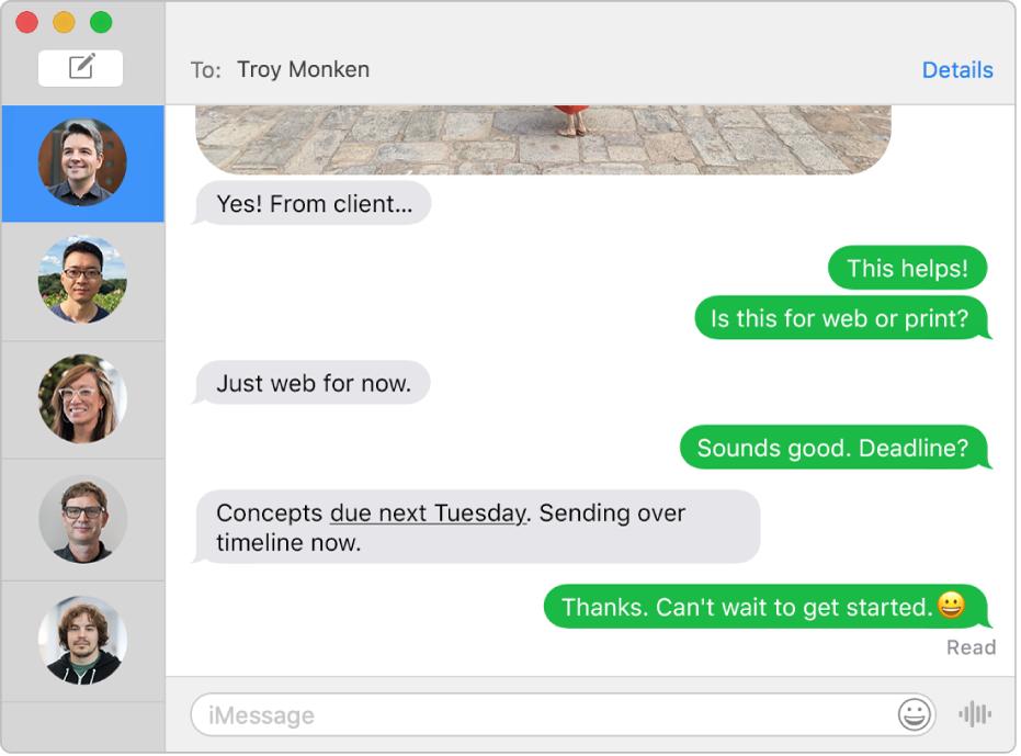 Okno aplikace Zprávy, vněmž je na bočním panelu vlevo vidět několik konverzací anapravo jedna otevřená konverzace Bubliny zpráv jsou zelené, což znamená, že byly poslány jako textové zprávy SMS