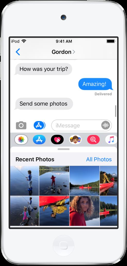 하단에 iMessage 사진 앱이 표시된 메시지 대화. iMessage 사진 앱이 왼쪽 상단에서부터 최근 사진 및 모든 사진으로 연결되는 링크를 표시함. 그 아래에는 왼쪽으로 쓸어넘겨서 볼 수 있는 최근 사진이 있음.