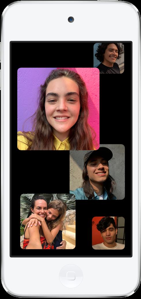 Een FaceTime-groepsgesprek. Iedere deelnemer aan het gesprek verschijnt in een aparte tegel op het scherm.