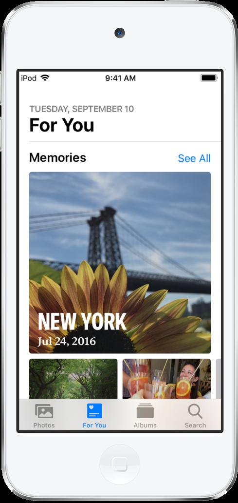 For deg-fanen, med en samling ulike minner. Hvert minne har et omslagsbilde, en tittel og en undertittel. Under For deg-overskriften oppe til høyre er det en Se alle-knapp, som viser alle minnene dine.