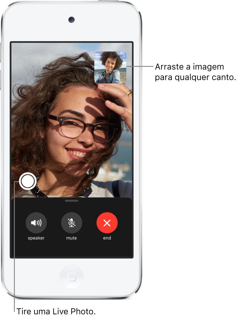 Tela do FaceTime mostrando uma ligação em andamento. Sua imagem aparece em um retângulo pequeno na parte superior direita e a imagem da outra pessoa preenche o resto da tela. Ao longo da parte inferior da tela encontram-se os botões Alto-falante, Mudo e Desligar.