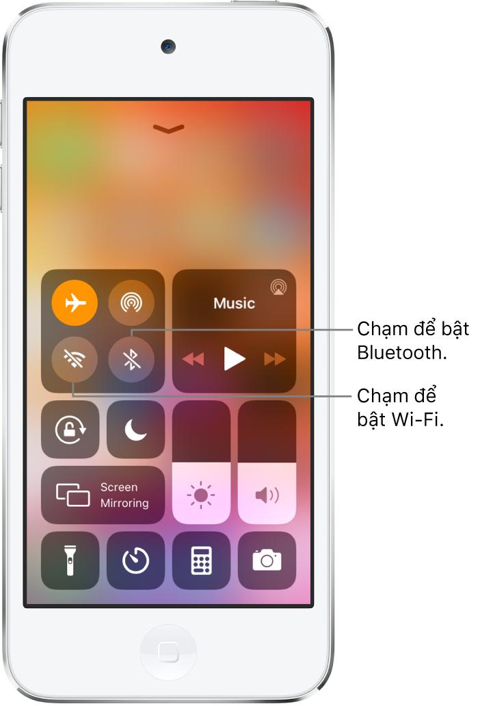 Trung tâm điều khiển với chế độ trên máy bay được bật, với các chú thích giải thích thao tác chạm vào nút dưới cùng bên trái trong nhóm các điều khiển trên cùng bên trái sẽ bật Wi-Fi và thao tác chạm vào nút dưới cùng bên phải của nhóm đó sẽ bật Bluetooth.