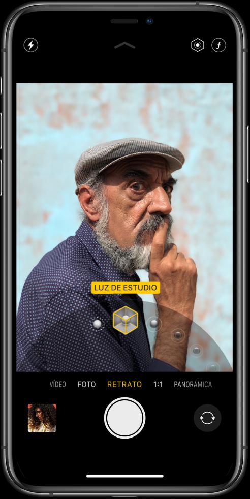 """La pantalla de Cámara con el modo Retrato seleccionado. En el visor, un cuadro muestra que la opción de iluminación para retrato está ajustada en """"Luz de estudio"""" y hay un regulador para cambiar la opción de iluminación."""