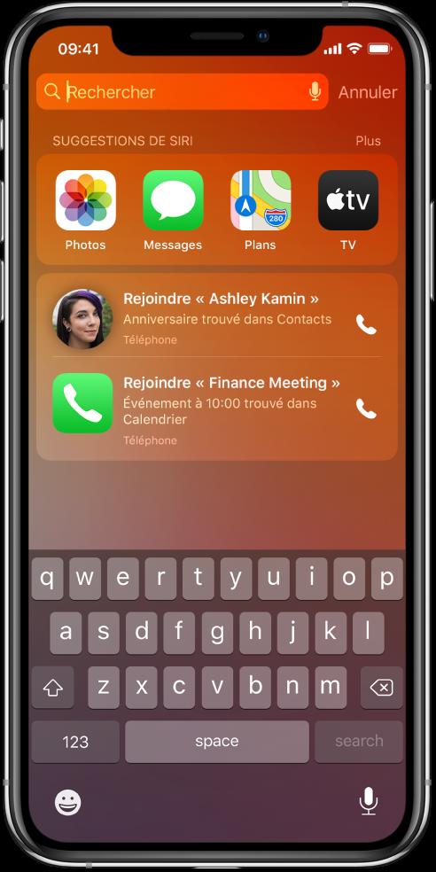 L'écran verrouillé de l'iPhone. Les apps Photos, Messages, Plans et TV s'affichent dans une ligne intitulée «Suggestions de Siri». Sous les suggestions d'app se trouvent deux suggestions invitant à passer des appels téléphoniques. La première propose d'appeler AshleyKamin, dont la date d'anniversaire a été trouvée dans Contacts, tandis que l'autre propose d'effectuer un appel pour rejoindre une réunion sur les finances, qui correspond à un événement trouvé dans Calendrier.