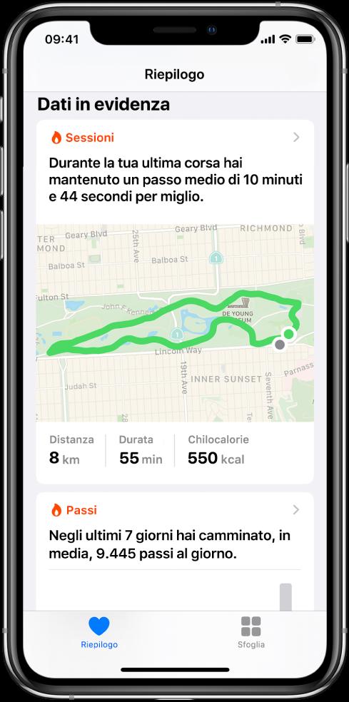 Una schermata Riepilogo in Salute che mostra i punti salienti che includono tempo, distanza e percorso dell'ultimo allenamento di corsa e la media dei passi al giorno dell'ultima settimana.