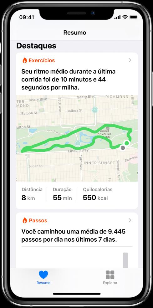 Tela Resumo no Saúde mostrando destaques que incluem o tempo, a distância e a rota da última corrida e a média de passos por dia nos últimos 7 dias.