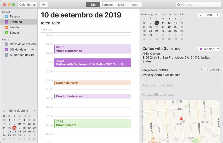 Uma janela do Calendário na vista de Dia a mostrar os calendários pessoal, profissional, familiar e escolar divididos por cores na barra lateral na secção da conta iCloud.