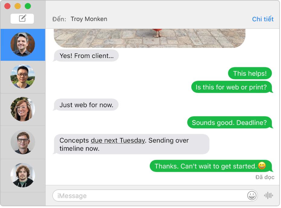 Cửa sổ Tin nhắn với một vài cuộc hội thoại được liệt kê trên thanh bên ở bên trái và một cuộc hội thoại đang hiển thị ở bên phải. Các bong bóng tin nhắn có màu lục, biểu thị rằng tin nhắn đã được gửi dưới dạng tin nhắn văn bản SMS.
