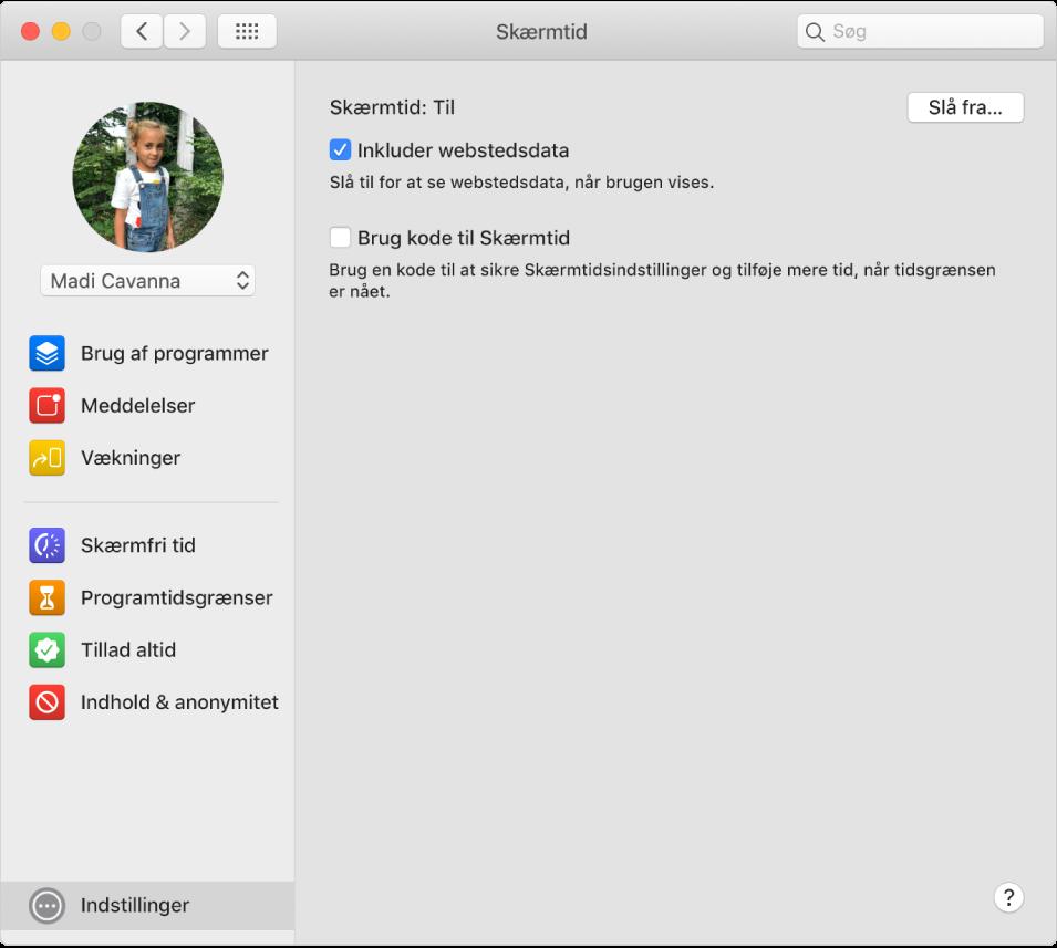Vinduet Indstillinger i Skærmtid med Skærmtid slået til. Muligheden Inkluder webstedsdata er valgt.