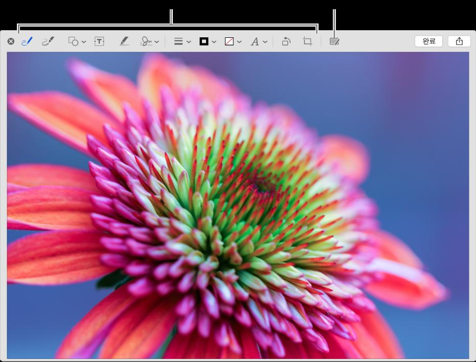 마크업 윈도우에서 마크업 도구의 도구 막대와, 클릭하면 근처에 있는 iPhone 또는 iPad에서 연속성 마크업을 사용할 수 있는 도구를 표시한 이미지.