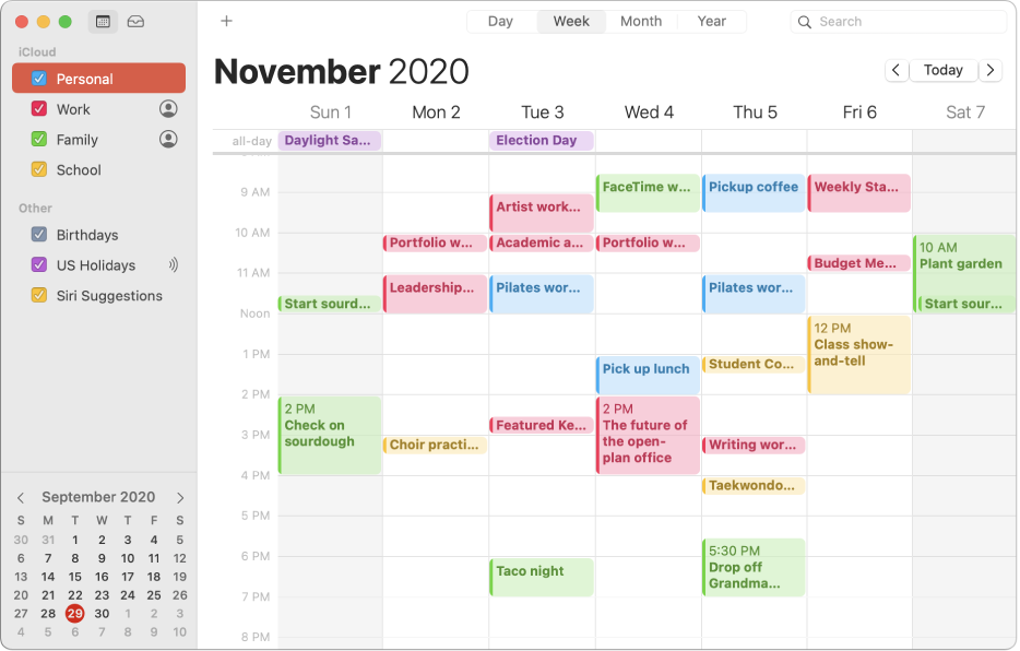Ett kalenderfönster i månadsvy som visar färgkodade kalendrar för jobbet, familjen, skolan eller dig själv i sidofältet under iCloud-kontorubriken.