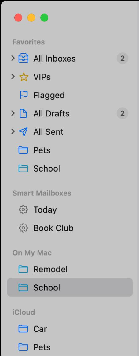Sidofältet i Mail med standardbrevlådorna (som Inkorg och Utkast) överst i sidofältet samt brevlådor du har skapat i avsnitten På min Mac och iCloud.