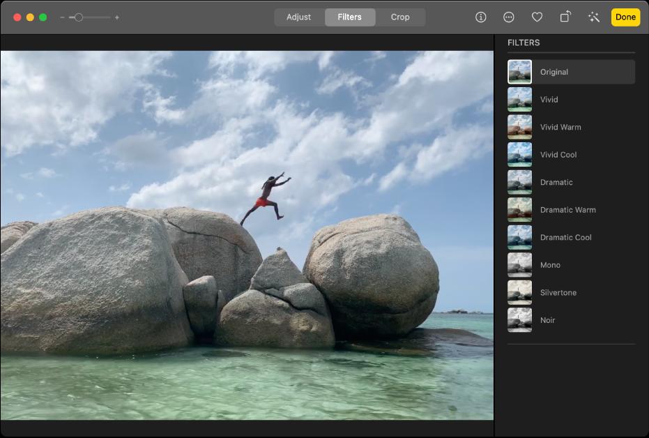 Un clip de vídeo en la vista de edición con Filtros seleccionado en la parte superior de la ventana de Fotos y el panel Filtros con las opciones de filtrado.