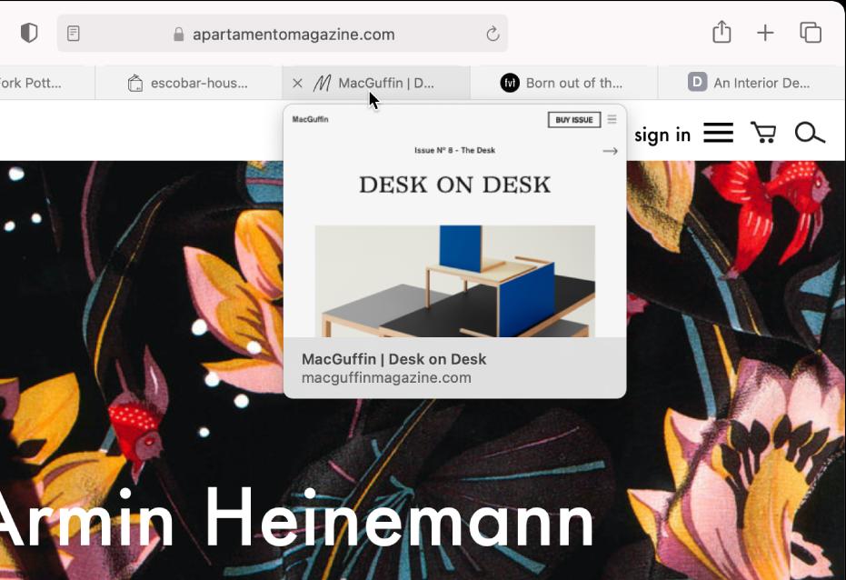 Το παράθυρο του Safari όπου είναι ανοιχτές πολλές καρτέλες, ο δείκτης βρίσκεται πάνω σε μια καρτέλα και εμφανίζεται μια προεπισκόπηση της ιστοσελίδας.