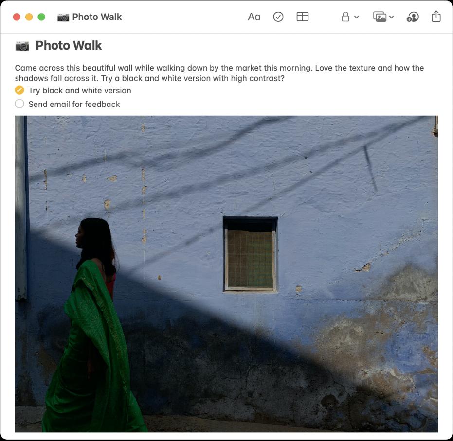 Une note comprenant une description d'une promenade photo, une liste de pointage de choses à faire et une photo d'une femme passant à côté d'un mur.