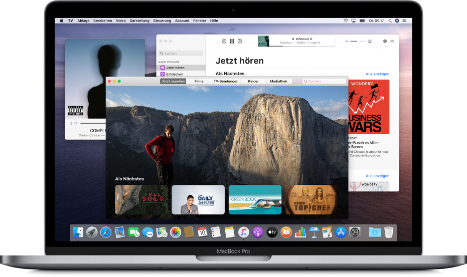 """Das Fenster """"Musik-MiniPlayer"""", das Fenster der App """"AppleTV"""" und das Podcasts-Fenster im Hintergrund"""