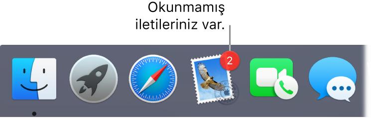 Dock'un okunmamış mesajların sayısını gösteren bir işaretle Mail uygulaması simgesini gösteren bir kısmı.