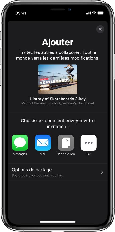 L'écran Ajouter affichant une image de la présentation à partager. Sous celle-ci se trouvent des boutons pour les différentes manières d'envoyer l'invitation, notamment Messages et Mail, «Copier le lien» et Plus. Le bouton Options de partage se trouve en bas.