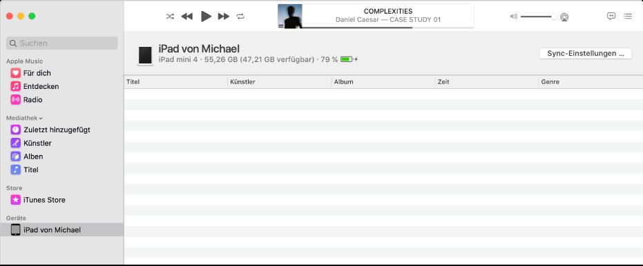 """Das Musik-Fenster mit einem Gerät (iPad von Michael) in der Seitenleiste Die Taste """"Einstellungen synchronisieren"""" oben rechts öffnet den Finder."""