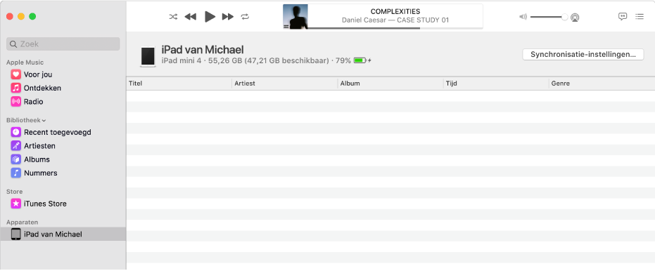 Het Muziek-venster met een apparaat (Michaels iPad) in de navigatiekolom. Met de knop 'Synchronisatie-instellingen' rechtsbovenin wordt de Finder geopend.