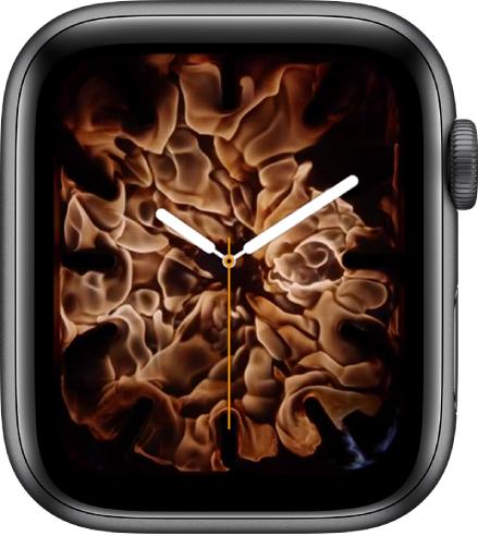 「火と水」の文字盤。中央のアナログ時計を炎が取り囲んでいます。