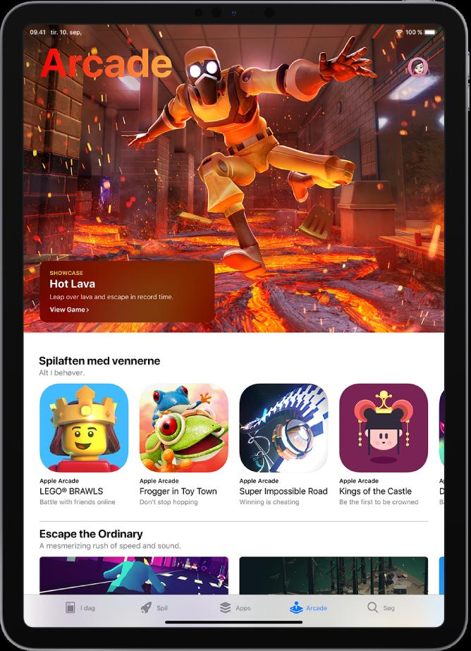 Skærmen Arcade i App Store, der viser et udvalgt spil og andre anbefalinger. Dit profilbillede, som du trykker på for at se dine køb og administrere abonnementer, er placeret øverst til højre. Langs med bunden af skærmen vises fra venstre mod højre fanerne I dag, Spil, Apps og Søg.