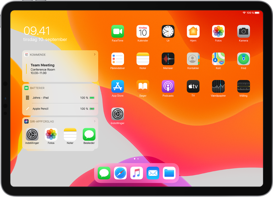 Hjemmeskærmen på en iPad, der er vendt på siden. Til venstre på skærmen ses fra øverst til nederst widgets med navnene Kalender, Batterier og Siri-appforslag. Widgetten Batterier viser, at batteriet i iPad og Apple Pencil er 100 % opladet.