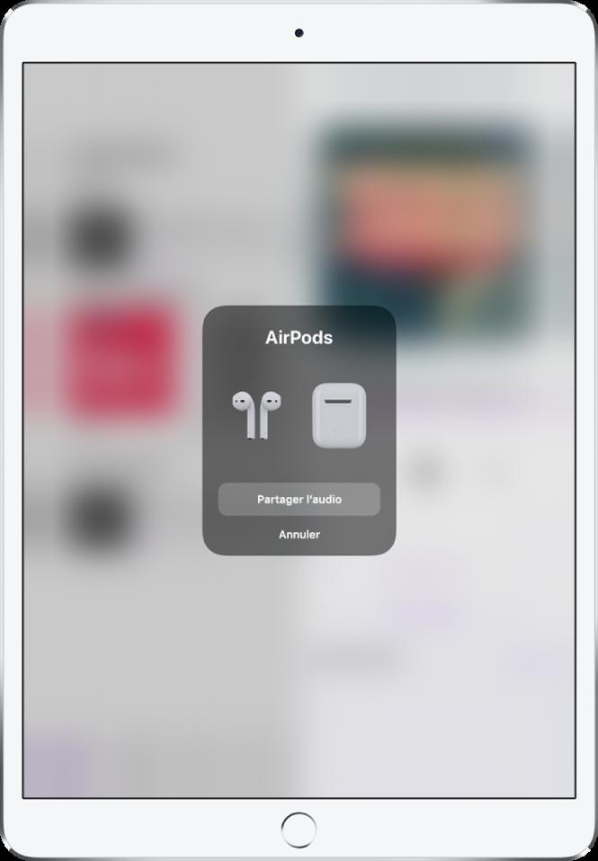 Un écran d'iPad avec une image d'AirPods et leur boîtier. vers le bas de l'écran se trouve un bouton permettant de partager du contenu audio.
