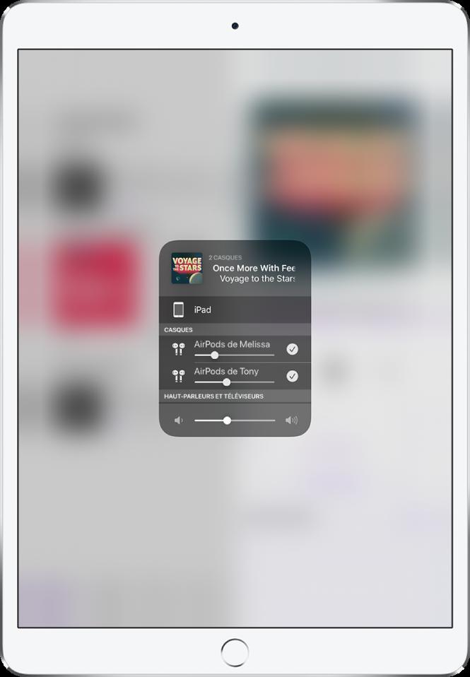 L'écran de l'iPad montrant deux paires d'AirPods connectées.