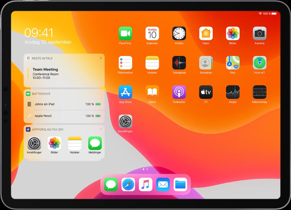 Hjem-skjerm i liggende retning på iPad. På venstre side av skjermen, fra øverst til nederst, er widgetene Kalender, Batterier og Appforslag fra Siri. Batterier-widgeten viser at batteriet på iPad og Apple Pencil er på 100 %.