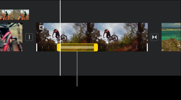 Un fotograma congelat amb tiradors d'interval grocs a la part inferior d'un clip de vídeo a la línia de temps, amb l'inici del fotograma congelat a la posició del cursor de reproducció.